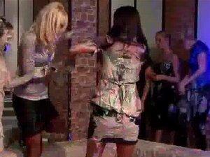 ลูกไก่เซ็กซี่ต่อสู้ในโคลนในงานปาร์ตี้