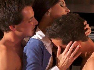 หน้าร้อนเป็นเป็นแม่ devilishly เซ็กซี่สีน้ำตาลกับร่างกายร้อน เธอแถบลงไปที่ผิวของเธอเปลือยหน้าชายโชคดีที่สอง คนแลกเปลี่ยนยากกำลังจะโดนเย็ดนี้งดงาม