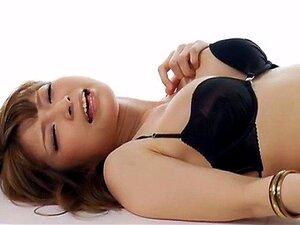 เที่ยวตามอำเภอใจ Yuria ในชุดชั้นในสีดำและถุงน่องสูงต้นขาสีดำของเล่นหีของเธอ