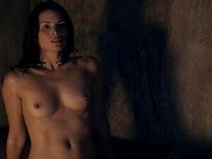 คารีน่ากฎหมายวางเปลือยเผยให้เห็นร่างกายของเธอ
