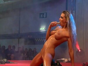 ผู้เปลื่องเท่หล่อร่างกายเซ็กซี่ของเธอบนเวที