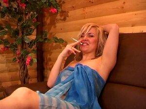 บุหรี่บุหรี่ขาวสาวผมบลอนด์