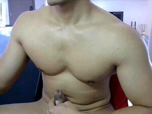 ก้อนใหญ่สิงคโปร์ลูบไก่แข็งของเขา
