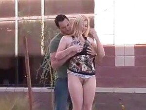 บลอนด์น้ำผึ้งนมในสาธารณะ ดอกทองสีบลอนด์ได้รับนมดูด และเลียในที่สาธารณะ เธอแล้วทำให้คนดีที่จบ ด้วยการนวด
