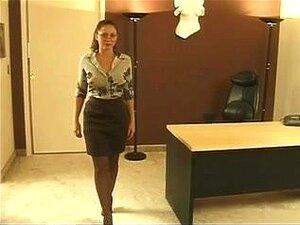 ผมสีน้ำตาลเซ็กซี่เหนือกล้อง และแสดงของเธอตึงชั่วแหว่ง