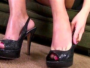 เลียเท้ายากกระเจี๊ยวสีดำ
