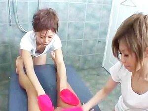สาวขาว busty ได้รับนมลูบ และนวดหัวนม และหีกระตุ้น ด้วย Vibrators โดยหมอนวดเอเชีย 2 บนเตียงนวด
