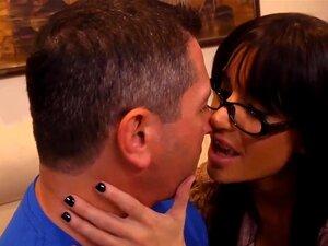 แข็งแกร่งจอห์นโชคดีโชคดี... มาบ้านที่เขาพบ brunnete งดงามอย่างน่าทึ่งในแว่นตา ดอกทอง Gia DiMarco งดงามจริง ๆ รู้วิธีผ่อนคลายหลังจากวันทำงาน หัวนมใหญ่ที่น่าทึ่งและหีฉ่ำของเธอ