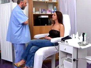 Emma เข้าชม Gyno คลินิกสำหรับตรวจสุขภาพปกติ