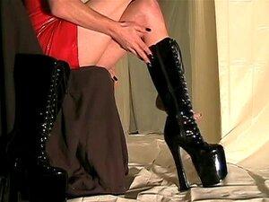 ซีดีเที่ยวที่สวมใส่ชุดยางสีแดงและรองเท้าส้นสูงรองเท้า