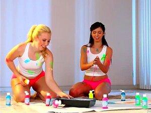 Estas duas lesbicas divertem-se pintando