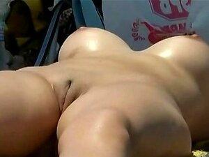 วิดีโอ voyeur ของสาวเปลือยที่เผยให้เห็นหีของเธอแน่นที่ชายหาด