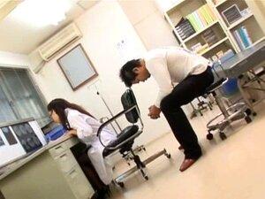 พยาบาล Shinobu Todaka ทำเป็นปาก