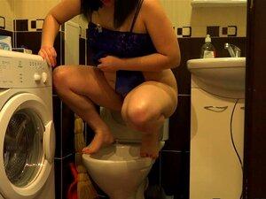 สาวกับขน โดยหี นั่งฉี่ในห้องน้ำ