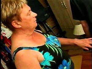 คุณยายอายุมีน้ำหนักเกินคุกเข่าลง และบริการวัง subrigid