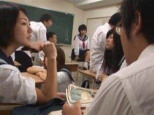 คนพาลระเบิด Bullies เป็นปัญหา ในญี่ปุ่นกับคนดำ และ ในภาพยนตร์เรื่องนี้ Maho ไสวเป็นนักเรียนมัธยมที่ detested โดยนักเรียนหญิงหมายถึง หมายความว่า อย่างไรพวกเขา พวกเขาชนะขึ้นบนคน และใช้เงินคุ้มครอง เมื่อ Maho พยายามยืนขึ้นเพื่อหญิงเหล่านี้ เธอได้รับตัวเองในร