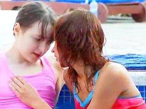 เปียก lezzs จูบสระว่ายน้ำ