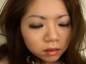 ทารกญี่ปุ่นในแบบบิกินี่สีเงิน masturbates Uncensored