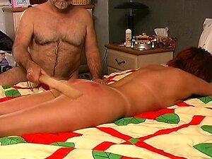 ดอกทองได้รับลงบนเตียง และผู้ชาย spanks เธอหนัก ด้วยไม้พาย