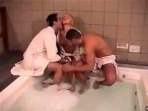 กะเทยบางสามในอ่างอาบน้ำ im mmf Bisex Trio Geiles Badezimmer
