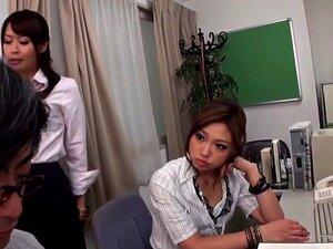วัยรุ่นญี่ปุ่นในวิดีโอ Femdom JAV, MILF ตื่นตาตื่นใจ