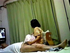 เอเชียแก่ ๆ ให้ handjob สามีขณะดูทีวี วิดีโอตลกที่แสดงวิธีเย็ดญี่ปุ่น และพี่คนญี่ปุ่น เพลิดเพลินกับเพศ เธอเล่นกับควยของเขา ตามเธอนาฬิกาทีวี และเขาอยู่บนเตียงหมดหนทางการได้งานมือ