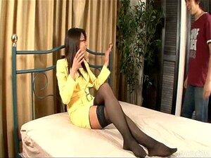 ร้อนวัยรุ่น Mizuki กล่าวในแว่นตาและถุงน่องสูงต้นขา