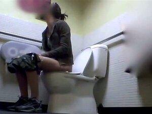 สาวในห้องน้ำในวิดีโอนี้ตรงไปตรงมานั่งฉี่