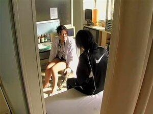 ยึดเกาะเมื่อ 24 ถ้ำ Stretched บนเตียงโรงพยาบาล โรงพยาบาลทั่วไปเขตชายมีชื่อเสียงบางอย่างผู้หญิงเอเชียประหลาดในเครื่องแบบไม่สามารถช่วยกลืนเครื่องรัก sticking อยากลึกภายในรูช่องคลอด